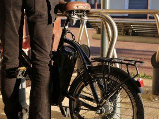 Les voitures de fonctions sont souvent présentées comme un grand avantage pour la mobilité de l'employé. Cependant, avec la hausse de l'utilisation du vélo, les entreprises commencent à réfléchir à donner un vélo de fonction à ses collaborateurs.