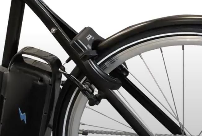 En plus des antivols en U qui sont recommandés pour votre vélo (et qui peuvent aussi profiter de l'Assurance Allianz), les antivols de cadre sont aussi à considérer. L'Axa Defender est un antivol de ce type qui vous permettra d'ajouter une sécurité supplémentaire.