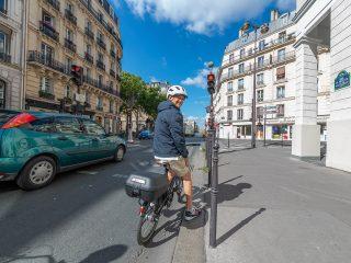 Voici 5 réflexes à vélo indispensables pour bien rouler en ville sans problème. Le cycliste n'est pas le seul utilisateur dans l'écosystème routier et il faut faire attention et respecter quelques règles.