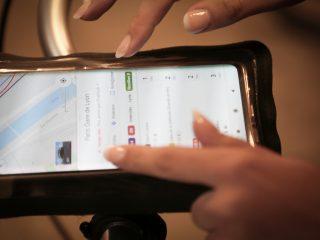 En ce moment, un accessoire pour tous les véhicules, et ici, pour les VAE revient très souvent : le tracker (ou traceur en français). En effet, les vélos sont au goût du jour. Les transports en commun ne permettent pas vraiment de répondre aux règles de distanciation sociale. Alors, à quoi sert ce petit boîtier et que nous propose Invoxia pour se démarquer ?